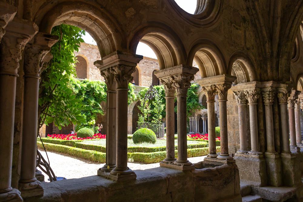 Cloître de l'abbaye de Fontfroide (Aude)